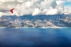 Flug mit dem Flugzeug über den Bergen von der Türkei Stockbild