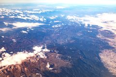 Flug mit dem Flugzeug über den Bergen von der Türkei Lizenzfreies Stockbild