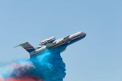 Flug mit simuliertem feuerlöschendem Lizenzfreie Stockfotografie