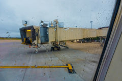 Flug, Tor, parkte am Flughafen Lizenzfreies Stockbild