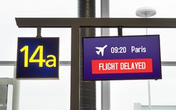 Flug verzögert Informationen über Monitor an einem Tor lizenzfreies stockbild