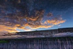Flug von brennenden Wolken bei Sonnenuntergang lizenzfreie stockfotos
