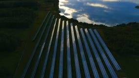 Flug vorwärts über photo-voltaischem Solarbauernhof stock footage