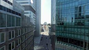 Fluga över moderna kontorsbyggnader cityscapehorisont arkivfilmer