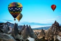 Fluga för ballonger för varm luft över Cappadocia Fotografering för Bildbyråer