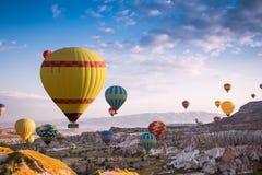 Fluga för ballonger för varm luft över Cappadocia Arkivfoto