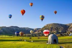 Fluga för ballonger för varm luft över Cappadocia Cappadocia är bekant omkring Royaltyfri Bild
