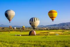 Fluga för ballonger för varm luft över Cappadocia Cappadocia är bekant omkring Arkivbilder