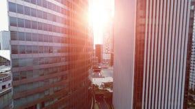 Fluga för horisontområdeshelikopter över stadscityscapeskyskrapor lager videofilmer