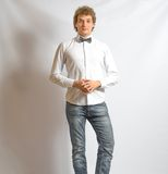 Fluga för manlig modell för barnmode bärande på grå färger Royaltyfri Foto