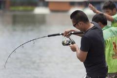 Fluga-fiskare fiske i en sjö Arkivfoton