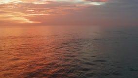 Fluga i solnedgångtid Härlig röd himmel, moln, hav flyg- panorama 4K Yttersida för hav hav i soluppgång, solnedgångtid med arkivfilmer