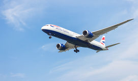Fluga och fluga av flygplanet Arkivbilder