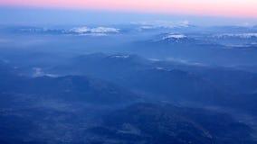 Fluga ovanför berget under soluppgång arkivfilmer