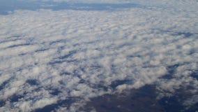 Fluga ovanför himmel stock video