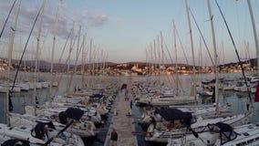Fluga ovanför segelbåtar lager videofilmer