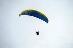 Fluga på den blåa himlen, genom att hoppa fallskärm Arkivfoton