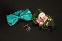 Fluga, silvercufflinks och boutonniere Royaltyfri Fotografi