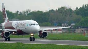 FlugaArystan flygbuss A320 att accelerera för avvikelse stock video