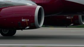 FlugaArystan flygbuss A320 att accelerera för avvikelse arkivfilmer