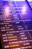 Flugankunft und -abfahrt unterzeichnet Brett im Flughafen Lizenzfreie Stockbilder