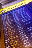 Flugankunft und -abfahrt unterzeichnet Brett im Flughafen Lizenzfreies Stockfoto