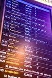 Flugankunft und -abfahrt unterzeichnet Brett im Flughafen Lizenzfreies Stockbild