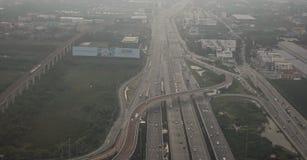 Flugansicht der beschäftigten Autobahn in der Hauptverkehrszeit lizenzfreies stockbild