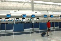 Flugbegleiter, der durch den Abfertigungszählwerk geht Stockbild