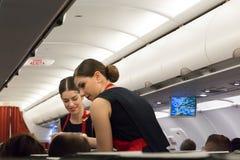 Flugbegleiter-Serving-Lächeln Lizenzfreie Stockfotografie