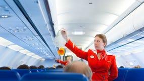 Flugbegleiter von Aeroflot bei der Arbeit Stockbild