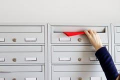 Flugblatt in der Mailbox Stockbild