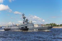 Flugboot Tschuwaschien auf Wiederholung der Marineparade am Tag der russischen Flotte in St Petersburg lizenzfreie stockfotos