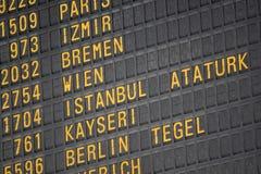 Flugbrett auf dem Flughafen -, der für Themen groß ist, mögen Sie Reisen, Luftfahrt usw. stockbilder