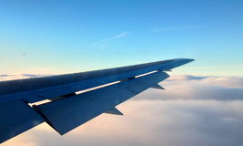 Flugflügel über dem clould Stockbilder