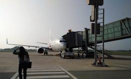 Fluggäste, die ein Flugzeug einsteigen Stockfotos