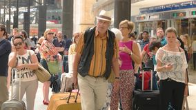 Fluggäste, die eine Serie warten stock video