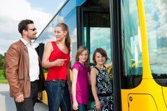 Fluggäste, die einen Bus einsteigen Lizenzfreie Stockbilder