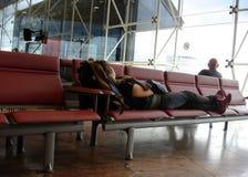 Fluggäste, die Flugzeug warten Lizenzfreies Stockfoto