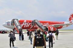 Fluggäste, die zu Air Asia 330 gehen Stockfotografie