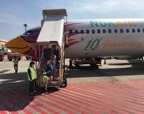 Fluggäste gehen von NOK-Flugzeug in Bangkok weg Stockbilder