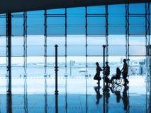 Fluggäste innerhalb des Flughafens Lizenzfreies Stockbild