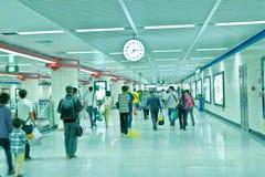 Fluggäste und Borduhr Lizenzfreie Stockbilder