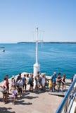 Fluggäste vor dem Einstieg der Lieferung. Kroatien Lizenzfreie Stockfotos