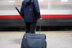Fluggast auf einer Bahnstation Lizenzfreie Stockbilder