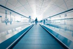 Fluggast, der durch eine Rolltreppe hetzt Stockbilder