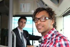Fluggast, der einen Bus einsteigt Lizenzfreies Stockfoto