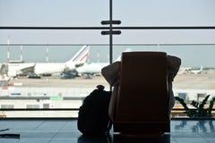 Fluggast, der seinen Flug wartet Lizenzfreie Stockbilder