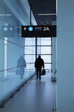 Fluggast im Flughafen Stockfotos