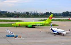 Fluggastverkehrsflugzeuge auf der Plattform Lizenzfreies Stockfoto